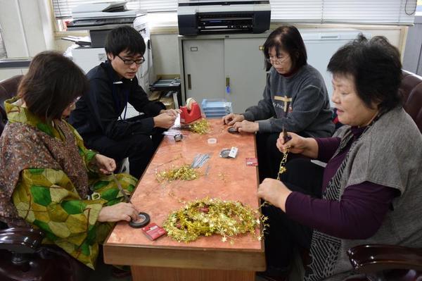 ギネス記録を目指し、コサージュを作るボランティア=美馬市脇町の市観光協会