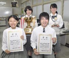 四国高校ワープロ競技大会で優勝した(前列左から)宮北さん、山下君(後列左から)山崎さん、平井さん=三好市池田町の三好高校