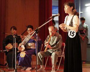 「祖谷の粉ひき節」を熱唱する出場者=三好市の東祖谷歴史民俗資料館