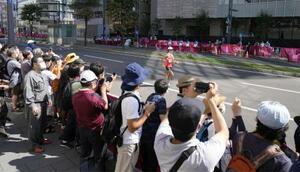 札幌市で行われた男子50キロ競歩で、沿道から選手を応援する人たち=6日