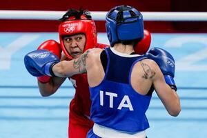 ボクシング女子フェザー級準決勝でイタリア選手(手前)と対戦するネスティー・ペテシオ。決勝で入江聖奈と対戦する=31日、両国国技館(AP=共同)