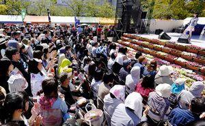エフエム徳島スペシャルライブで盛り上がる観衆=藍場浜公園