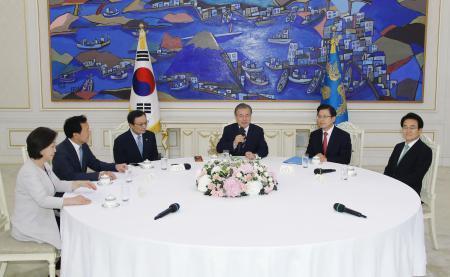 18日、ソウルの韓国大統領府で会談する文在寅大統領(右から3人目)と与野党5党の代表(聯合=共同)