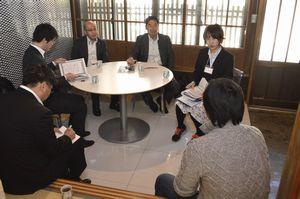 SOで勤務する社員から話を聞く中川主事(右端奥)=美波町恵比須浜