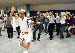 連員から阿波踊りの基本を学ぶ熱中小の生徒=上板町泉谷の体験型観光施設「技の館」