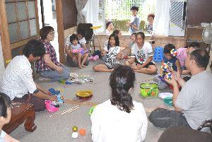 お手玉や皿回しなどを楽しむ子どもら=那賀町和食郷の「つどい家」