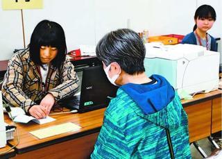 鳴門高生が選挙事務開始 県知事選期日前投票で受け付けなど担当