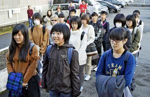 出発式で抱負を述べる福田さん(前列中央)。その左は馬宮さん、右は谷さん=三好市役所前