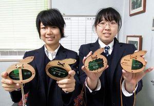 神山町産のスギ材を使ったメダルを作った森さん(左)と片山さん=神山町の城西高校神山分校
