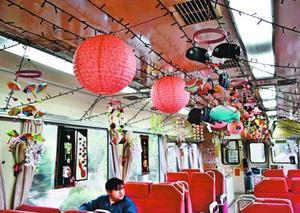 つるしびなを飾った阿佐東線の車内=海陽町