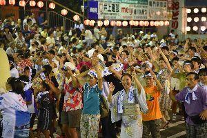 阿波踊りの最終日、にわか連に加わって踊り込む見物客ら=鳴門市撫養町の東演舞場