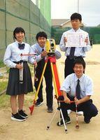 測量の全国大会に挑む徳島科技の(左から)堺さん、宮﨑さん、西野さん、粟飯原さん=徳島科技高