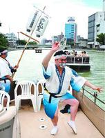 川に響くぞめきに合わせて踊る御手洗理事長=徳島市の新町川