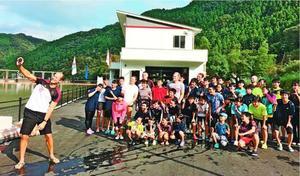ドイツの選手(左端)と記念撮影する那賀町民ら。コロナ禍でこうした交流事業の準備が滞っている=2018年10月7日、同町の川口ダム湖
