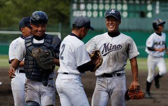 昨年の蔦文也杯で勝利を喜三野中の選手(当時)たち=三好市の吉野川運動公園