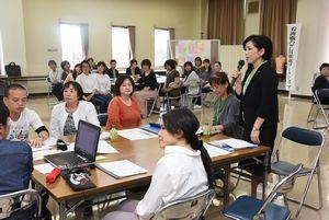 ワークショップで勤務環境の現状と改善策を話し合う医療施設の職員=9月、徳島市の看護会館