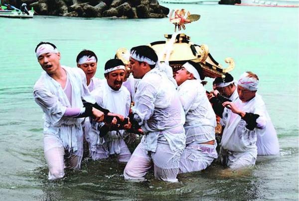 3年ぶりに行われた竹島神社大祭の浜入れ=海陽町宍喰浦の竹ケ島