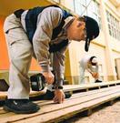 富岡小の校舎を修繕 県建労阿南支部が奉仕活動