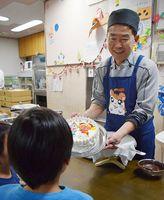 子どもにクリスマスケーキを贈る東條会長=徳島市福島1の阿波国慈恵院