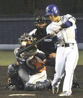 9回、徳島2死一塁、増田が左中間へ三塁打を放ち2-10とする=アグリあなんスタジアム