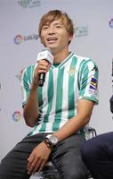 サッカーのスペイン1部リーグ、ベティスへの加入記者会見をする乾=12日、東京・六本木のスペイン大使館