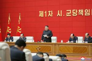 北朝鮮の市・郡の責任書記を集めた初の講習会に臨む金正恩総書記(中央)=3日、平壌(朝鮮中央通信=共同)