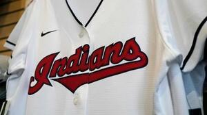 チームのショップで売られているインディアンスのユニホーム=2020年12月、米クリーブランド(AP=共同)