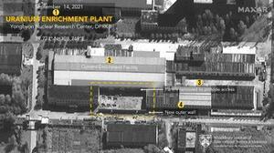 14日に撮影された北朝鮮・寧辺のウラン濃縮施設の衛星写真。破線で囲まれたところが拡張部とみられる。(1)ウラン濃縮施設(2)既存の施設(3)アクセス部分(4)新たな外壁(マクサー・テクノロジーズ/ミドルベリー国際大学院モントレー校提供、共同)