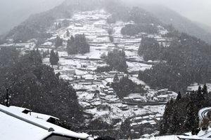 雪化粧した三好市東祖谷の落合集落=12日午後3時ごろ
