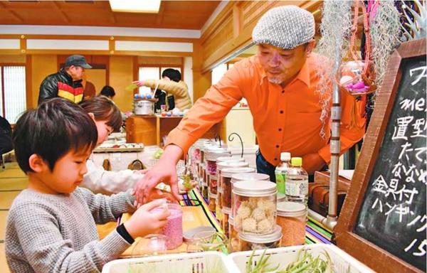 エアプランツ作りを楽しむ子ども=小松島市立江町の立江寺