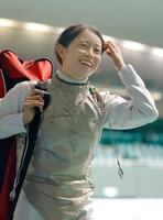 女子フルーレで決勝進出を決め、笑顔で引き揚げる辻すみれ=駒沢体育館