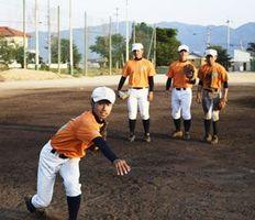 ゴロ捕球と送球の練習を繰り返す阿波の選手