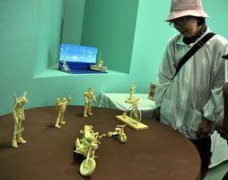 精巧な作品が並ぶ竹細工展=阿南市富岡町の阿南光のまちステーションプラザ