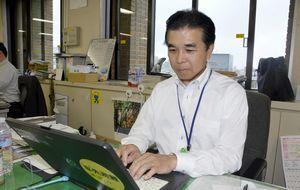 徳島大大学院から博士号(工学)を授与された坂東課長=県庁
