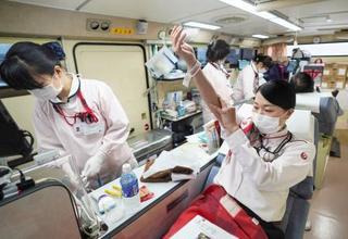 日航社員が羽田で献血に協力