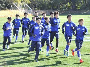 フィジカルトレーニングも欠かさない徳島の選手たち=宮崎市の県総合運動公園ラグビー場