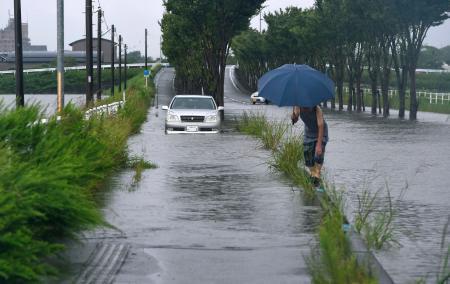 大雨で冠水した福岡県小郡市の道路=21日午前9時52分