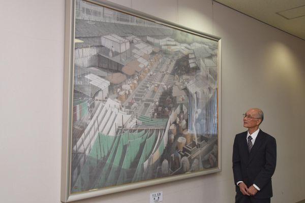 インドの風景を描いた絵画を寄贈した宇多さん=北島町立図書館・創世ホール