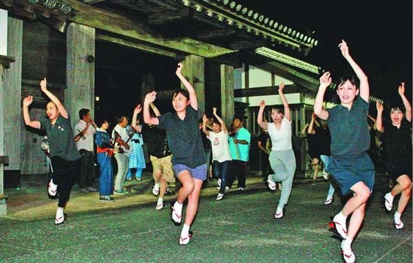 真剣な表情で練習する水玉連の踊り子=徳島市の徳島中央公園鷲の門前