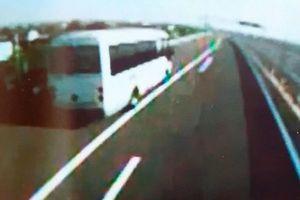 徳島自動車道の路肩に止まっているマイクロバスの映像。追突事故の約20分前に撮影された(海部観光提供)