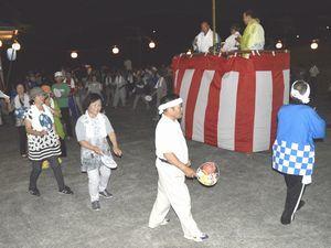 廻り踊りを楽しむ参加者=美馬市脇町小星の小星集会所