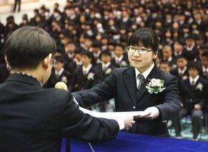 応用数理科を代表して岩代校長から卒業証書を受け取る片岡さん=城南高校