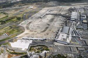 成田空港。奥が第2ターミナル=2018年