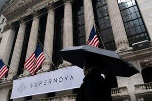 雨模様となったウォール街のニューヨーク証券取引所前=26日(AP=共同)