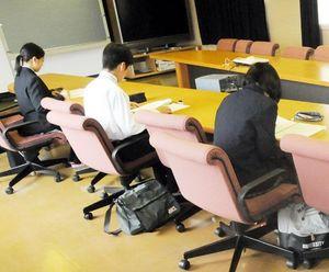 採用試験で筆記問題に取り組む高校生=徳島市の徳島製粉