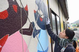プレハブ事務所にイラストを描く稲垣さん=美馬市穴吹町三島