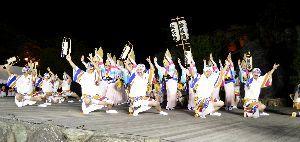 チャリティー阿波踊りで息の合った乱舞を披露する踊り子=小松島市の小松島ステーションパーク