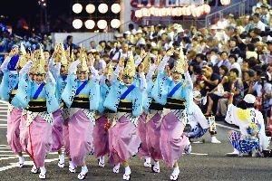 徳島県内のトップを切って開幕した鳴門市の阿波踊り=同市撫養町の東演舞場