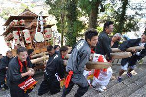 屋台を担いで石段を上る氏子=吉野川市山川町の川田八幡神社