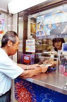 サマージャンボ宝くじを購入する客=徳島市のみずほ銀行徳島支店